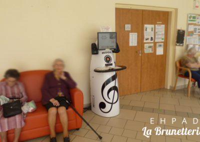 Le hall de l'ehpad avec la borne musicale - La Brunetterie